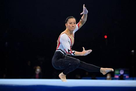Myös Kim Bui vaihtoi perjantain finaaliin ylleen peittävämmän kisa-asun.