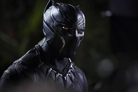 Chadwick Boseman esittää kuningasta, joka saa supervoimansa paikallisesta yrtistä.