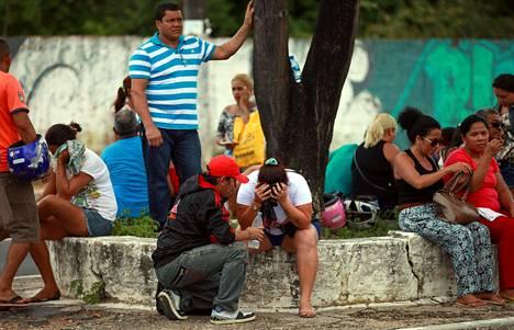 Vankien omaiset odottivat oikeuslääketieteellisen instituutin edessä verisen vankilamellakan jälkeen Manausin kaupungissa Brasiliassa.