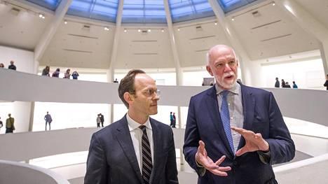 Guggenheim-säätiön johtaja Richard Armstrong (oik.) ja varajohtaja Ari Wiseman New Yorkin Guggenheim-museossa tiistaina.