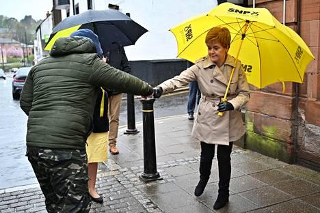 Skotlannin pääministeri Nicola Sturgeon kampanjoi toukokuun alussa Dumfriesissä Etelä-Skotlannissa. Sateenvarjossa näkyvät Skotlannin kansallispuolueen (SNP) värit ja tunnus. SNP säilyy lähes varmasti Skotlannin suurimpana puolueena.