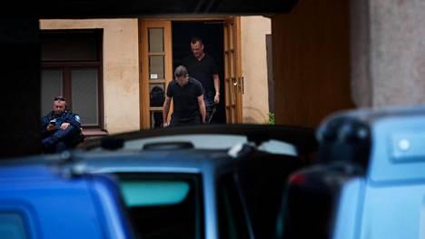 Poliisioperaatio Kasarmikadulla päättyi, kun epäilty tuotiin ruumispussissa ulos asunnosta klo 20:n jälkeen.