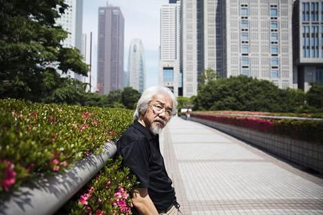Keijiro Suga puiston laidalla Shinjukun pilvenpiirtäjien kaupunginosassa Tokiossa. Täältä hän matkustaa pian Lahden kansainväliseen kirjailijakokoukseen.