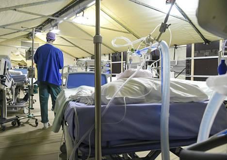 Helsingin ja Uudenmaan sairaanhoitopiiri esitteli Meilahden sairaala-alueella Helsingissä sijaitseviin maanalaisiin pysäköintitiloihin suunnitellun varasairaalan mallitiloja 4. toukokuuta.