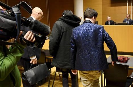 Hakkerioikeudenkäynnin syytetyt saapuivat Helsingin käräjäoikeuteen maanantaina.