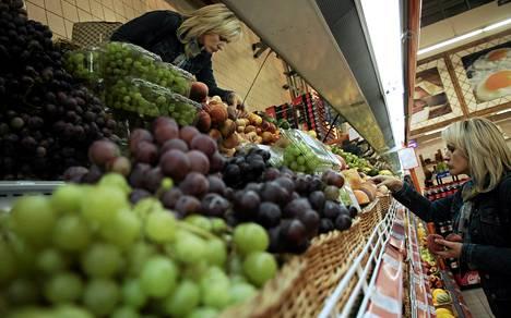 Tuoreet hedelmät ovat täyttäneet ruokakauppojen hyllyt Valko-Venäjällä.