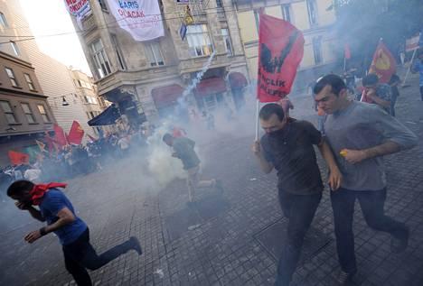Poliisi käytti kyynelkaasua ja vesitykkejä mielenosoittajia vastaan Taksim-aukiolla Istanbulissa perjantaina.