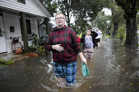 Whitney Pond kahlasi sisarensa kanssa pitkin lainehtivaa katua Georgetownissa  Etelä-Carolinassa.  Rankkasateet ovat aiheuttaneet tulvia kaakkoisosissa Yhdysvaltoja aiheuttaen ainakin viiden ihmisen kuoleman.