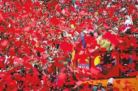 Presidentti Chávez tervehti kannattajiaan Caracasissa kesäkuussa 2012.