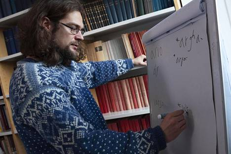 Sampsa Holopainen tutki lainasanojen ikää niiden äänteiden kehittymisen avulla.