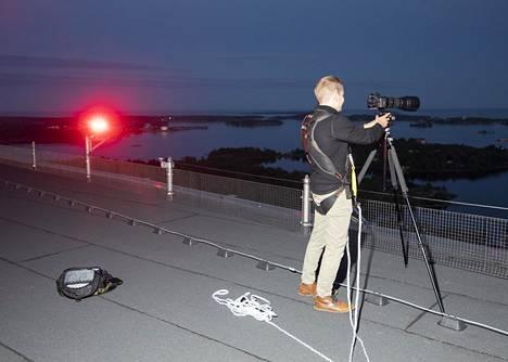 Majakan katolla kuvaaminen on melkoinen operaatio, sillä turvallisuussyistä siellä pitää aina olla turvavaljaat. Janne Hirvonen sai taloyhtiöltä erikoisluvan kuvaamista varten.