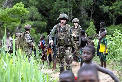 Ranskalaiset sotilaat partioivat Bodan kaupungin lähellä Keski-Afrikassa maanantaina.