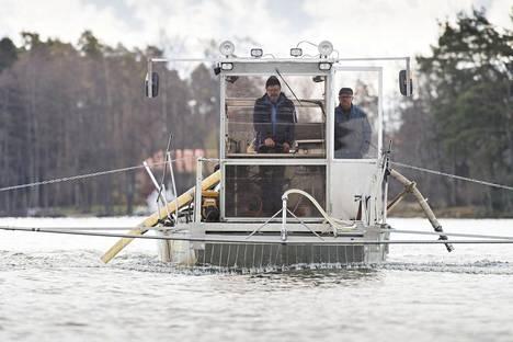 Littoistenjärvelle ruiskutettiin toissa viikolla alumiinipohjaista kemikaalia. Venettä ohjaamassa Juha Ryömä seuranaan Veijo Ojansuu.
