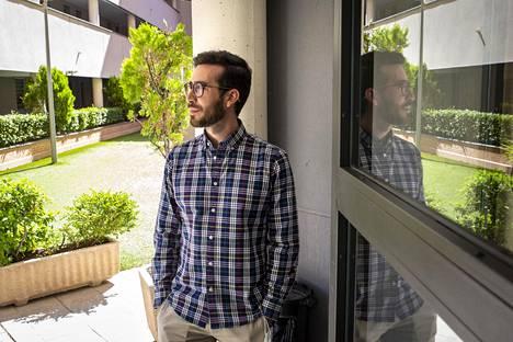 Andrés Trujillo jakaa kodin perheensä ja kumppaninsa kanssa Rivas-Vaciamadridissa lähellä pääkaupunkia Madridia. Arki sujuu ongelmitta, mutta Trujillo unelmoi jo omasta kodista.
