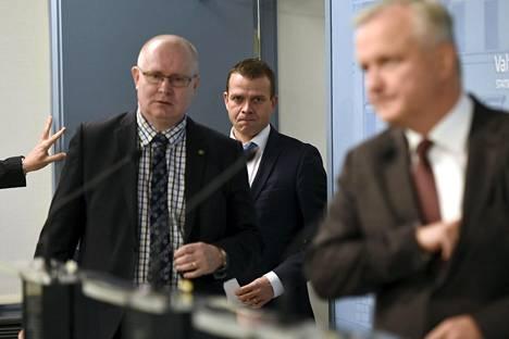 Oikeus- ja työministeri Jari Lindström (ps), sisäministeri Petteri Orpo ja elinkeinoministeri Olli Rehn (kesk) kertoivat keskiviikkona työmarkkinaosapuolille hallituksen linjauksesta paikallisesta sopimisesta. Kuva on aiemmasta tiedotustilaisuudesta.