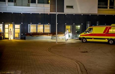 Infektioambulanssi toi potilaan myöhään torstaina-iltana Helsingin Meilahden sairaala-alueelle.