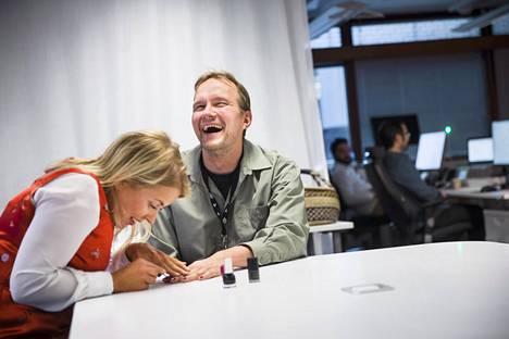 Unityn vanhempi analyytikko Meri-Tuulia Rautavuori lakkaa teknisen projektipäällikön Jarko Vihriälän kynsiä töissä.
