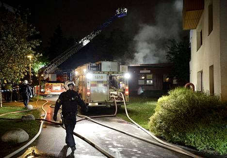 Poliisit turvasivat palomiesten sammutustöitä Tukholmassa Kistan koululla myöhään torstaiyönä.