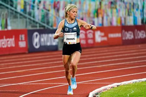 Therese Johaug juoksi kovan ajan yleisurheilukilpailuissa Bislettin stadionilla Oslossa kesäkuussa.