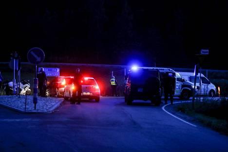 Poliiseja E12-tiellä Hämeenkyrön ja Ikaalisten välillä sunnuntai-iltana. Epäillyt saatiin kiinni takaa-ajon päätteeksi.