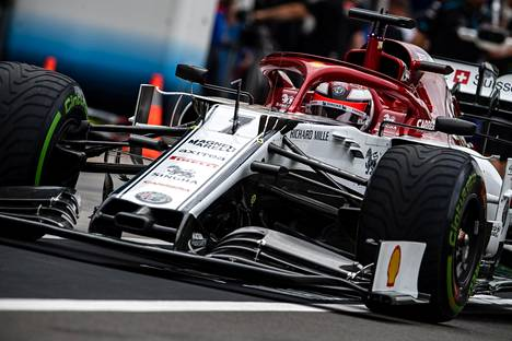 Kimi Räikkönen ajoi Alfa Romeollaan Unkarin gp-kisan ensimmäisissä harjoituksissa perjantaina.