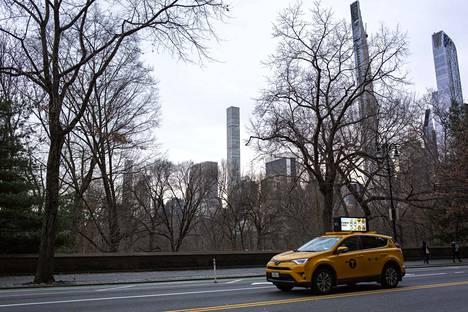 Kuvassa keskellä oleva yli 400-metrinen 432 Park Avenue sijaitsee Manhattanilla lähellä New Yorkin keskuspuistoa Central Parkia.