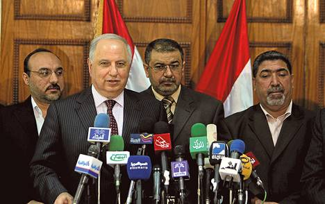 Aiemmin maanpaossa elänyt Ahmed Chalabi (etualalla) saattaa nousta Irakin politiikan keskiöön.