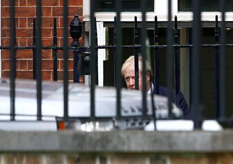 Britannian pääministeri Boris Johnson poistui virka-asunnoltaan keskusteltuaan konservatiivien parlamenttiedustajien kanssa Lontoossa keskiviikkona.
