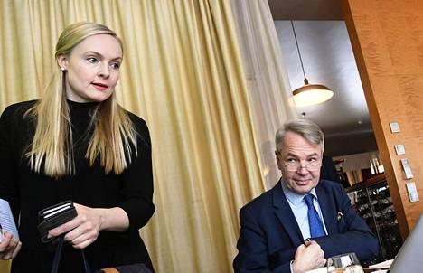 Vihreiden varapuheenjohtaja, köyhyystutkija Maria Ohisalo ja puheenjohtaja Pekka Haavisto esittelivät puolueen suuntaviivoja sosiaaliturvan uudistamiseksi torstaina.
