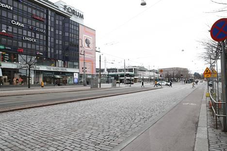 Katujen hiljentyminen koronakriisin ja rajoitustoimien takia vaikeuttaa monien yrittäjien tilannetta. Kuva Mannerheimintieltä Helsingistä tiistailta.