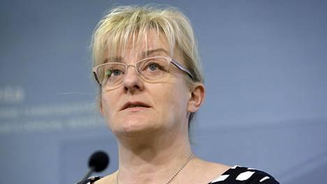 Sosiaali- ja terveysministeri Pirkko Mattilan mukaan sinisille on ensisijaista, että perheiden vapaus päättää vapaiden käytöstä säilyy.