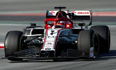 Kimi Räikkönen testasi Alfa Romeotaan Barcelonan radalla torstaina.