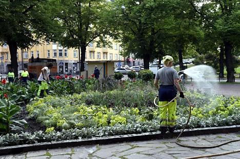 Helsingin kaupungilla on vielä tarjolla joitakin kesätyöpaikkoja. Puistotyöntekijä kasteli istutuksia viime keväänä Karhupuistossa.