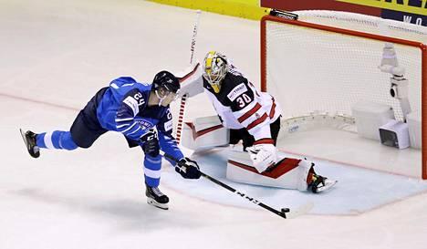 Kaapo Kakko teki ensimmäisen MM-kisamaalinsa Kanadan Matt Murrayn selän taakse.