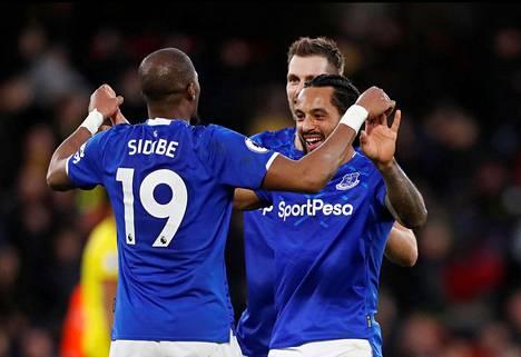 Everton pelaa vielä kuluvan kauden pelipaidoilla, joissa on vedonlyöntifirman mainos.