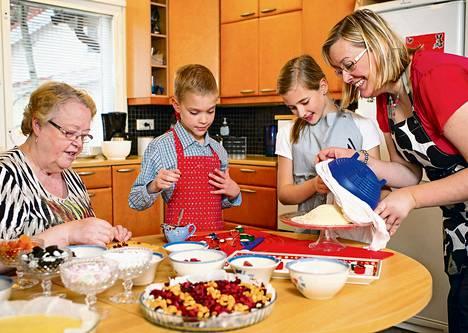 Paula Luoma (oik.) valmistautui jouluun tekemällä lastensa Tomin ja Lauran ja äitinsä Raija Halmeen kanssa suklaakonvehteja ja kotijuustoa.
