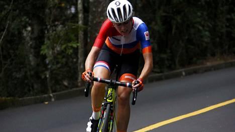 Hollannin Annemiek van Vleutenin olympiapyöräily päättyi hurjaan kaatumiseen.