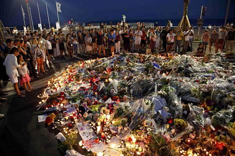 Ihmiset toivat Nizzan iskupaikalle kukkia heinäkuussa.