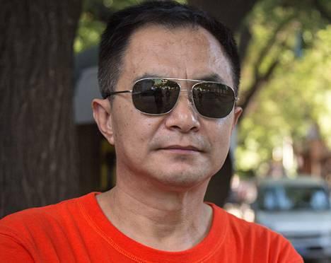 """<span class=""""nimi"""">Zhao Fei</span>, 58<br /><span class=""""laiha"""">toimistotyöntekijä</span><br />1. Olen täällä käymässä. Katselen paraatia ehkä hotellin tv:stä tai rautatieaseman näytöltä.<br />2. Kiina haluaa näyttää, että se rakastaa rauhaa ja että siitä on tullut vahva maa. Viestinä on myös, että seuraamme puhemies Maon linjaa: Kiina ei aloita sotaa muttei myöskään pelkää ulkopuolisia hyökkääjiä.<br />3. Ne riittävät hyvin Kiinan turvaamiseen. Kykenemme myös rauhanturvatehtäviin."""