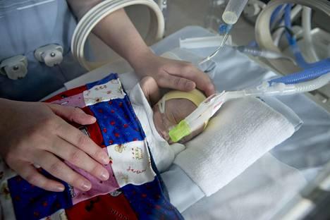 Keskosvauvaa hoidettiin Turun yliopistollisen keskussairaalan lastenklinikalla kesäkuussa 2013.