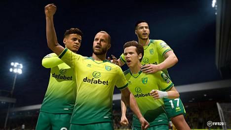 Teemu Pukki (edessä) on nyt konsolipelissä entistä enemmän itsensä näköinen. Omilla kasvoilla esiintyvät myös muut Norwich-pelaajat, joista kuvassa Max Aarons (vas.), Todd Cantwell ja Emiliano Buendia