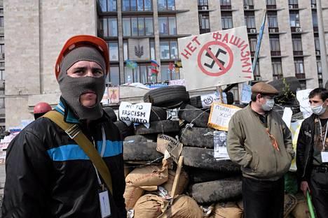 Mielenosoittajia Donetskin hallintorakennuksen edessä tiistai-aamuna. Ukrainan ja Venäjän välit ovat kiristyneet äärimmilleen, kun venäläismieliset ovat vallanneet hallintorakennuksia useissa itäukrainalaisissa kaupungeissa.