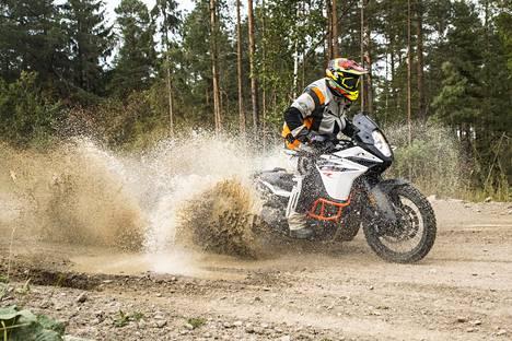 Suomessa riittää sorateitä, joilla nykyaikaisten seikkailupyörien ajo-ominaisuuudet pääsevät oikeuksiinsa.
