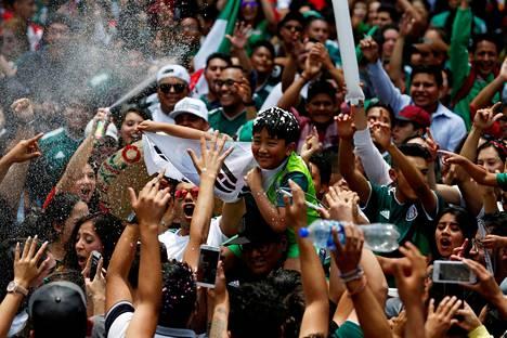 Meksikolaisfanit juhlivat jatkopaikkaansa Mexico Cityssä keskiviikkona. Juhlinnassa oli mukana myös eteläkorealainen lapsi.