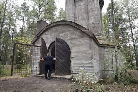 Kiinteistönhoitaja Christian Westerberg sulkee tykkitornin pääovea.