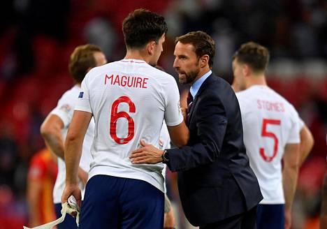 Englannin päävalmentaja Gareth Southgate jutteli Harry Maguiren kanssa Espanja-ottelun jälkeen.