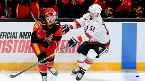 Jokerien Jordan Schroeder ja Neftehimikin Otso Rantakari (oik) kamppailivat keskviikona pelatussa KHL-ottelussa Hartwall-areenassa. Torstaina neljän Neftehimikin pelaajan todettiin saaneen koronatartunnan
