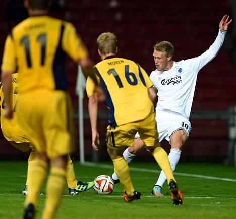 Vaihdosta tullut ykköskärkimies Nicolai Jørgensen (oik.) teki FCK:n molemmat maalit. Valtteri Moren (edessä) epäonnistui avausmaalia edeltävässä tilanteessa.
