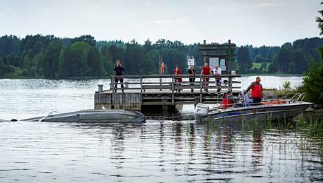 Pelastuslaitos siirsi onnettomuudessa pudonneen koneen osia rantaan Kuopion Vehmersalmella.