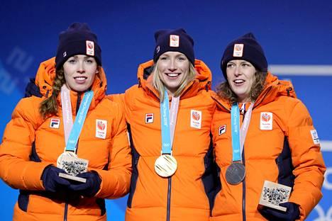 Carlijn Achtereekte (kesk.), Antoinette De Jong (vas.) ja Ireen Wust toivat Hollannille kolmoisvoiton 3000 metrillä.